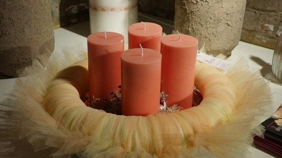 Adventskranz mit Tüll und orangenen Stumpenkerzen