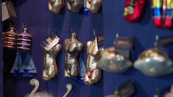 Weihnachtsbaumschmuck in Form nackter sexy Oberkörper