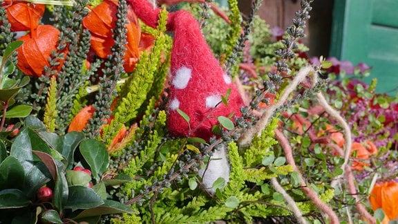 Ein Filzpilz als Dekoelement im Blumenkasten.
