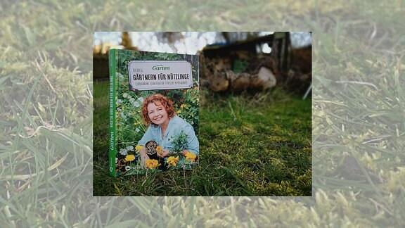 Auf einem Buchcover hält die Autorin Brigitte Goss eine Nisthilfe mit hohlen Stängeln für Insekten in der Hand. Das Buch steht in einem Garten auf einer Wiese.