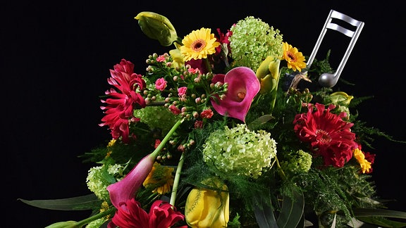 Blumen-Arrangement mit Note als Dekoration
