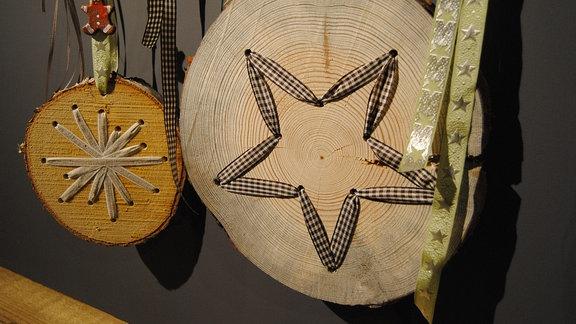 Weihnachtsdekoration mit Baumstamm-Scheiben und Bändern