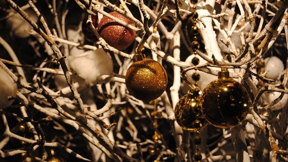 Weihnachtsbaumkugeln an weiß gefärbten Zweigen