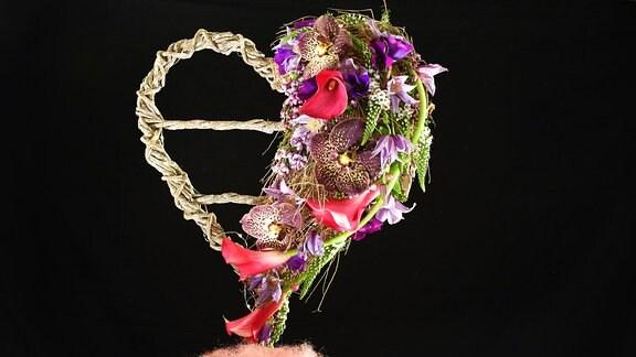 Geflochtenes Herz mit Blüten-Dekoration