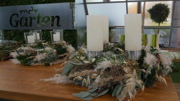 Adventskränze auf einem Tisch
