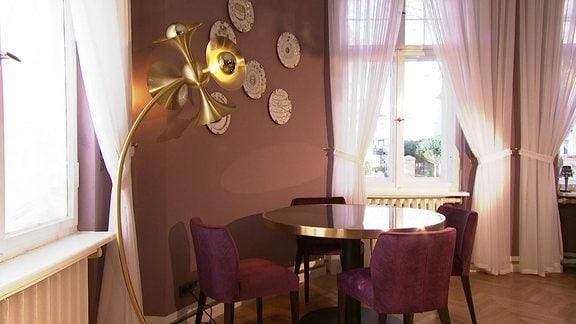 Ein Esszimmer in einer Quedlingburger Villa ohne Zimmerpflanzen.
