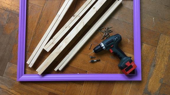 Lila Bilderrahmen, Holzleisten und Bohrmaschine