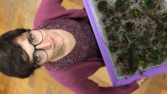MDR-Moderatorin Nadine Witt mit bepflanztem Bilderrahmen