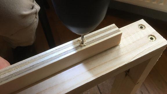 Form für Rahmen mit Pflanzen zusammenschrauben