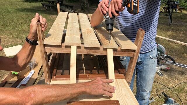 Bauanleitung Outdoor Küche Kinder : Eine matschküche für kinder im garten bauen mdr.de