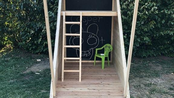 Ein selbstgebautes Spielhaus für den Garten. Innenansicht.