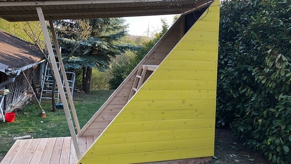 Ein selbstgebautes Spielhaus für den Garten.