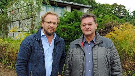 Der MDR Garten-Moderator Jens Haentzschel (links im Bild) steht mit dem Rechtsanwalt und Experten für Rechtsfragen rund um den Garten, Volkmar Kölzsch, in einer Kleingartenanlage