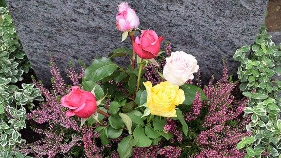 Strauß Rosen am Grab