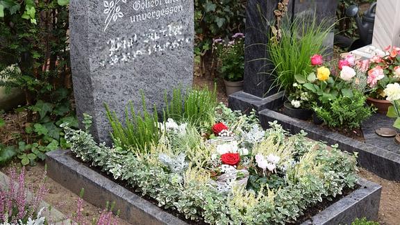 Grab mit Herbstgestaltung