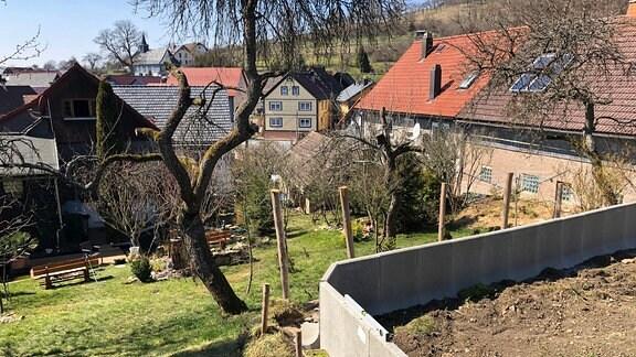 Privatgarten in Südthüringen, in dem ein kleines Sumpfgebiet entstehen soll.  Die Umrandung aus Betonsteinen soll am Hang das Wasser im Sumpf halten.
