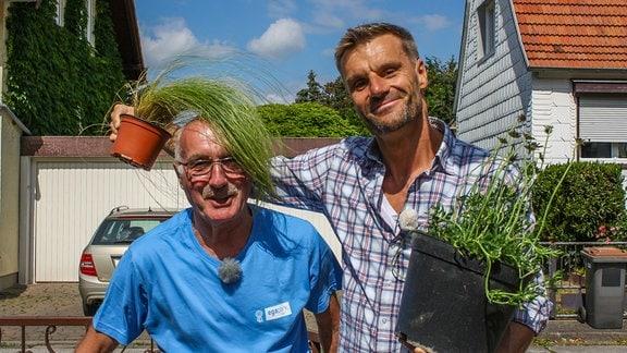 MDR Gartenmeister Jürgen Meister (links im Bild) und Redakteur Norbert Roßbach legen einen insektenfreundlichen Vorgarten für ein Einfamilienhaus in Erfurt an