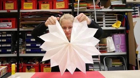Ein aus Butterbrottüten gebastelter Weihnachtsstern