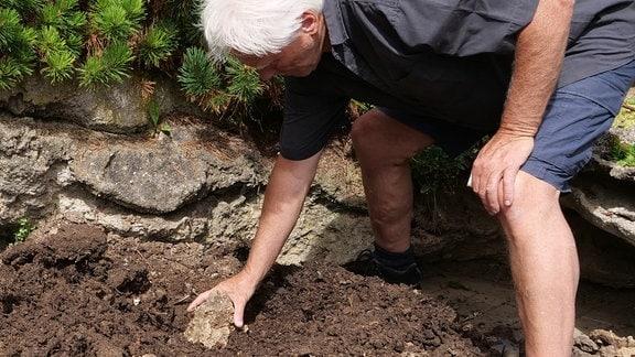 Wolfgang Kohlhepp legt Steine in die Kuhle