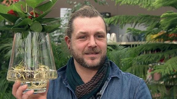 Floristmeister David Gerisch mit Anthurie im Glas