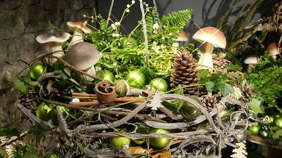 Weihnachtlicher Kranz mit Ästen, Weihnachtsbaumkugeln, Tannenzweigen und Pilzen