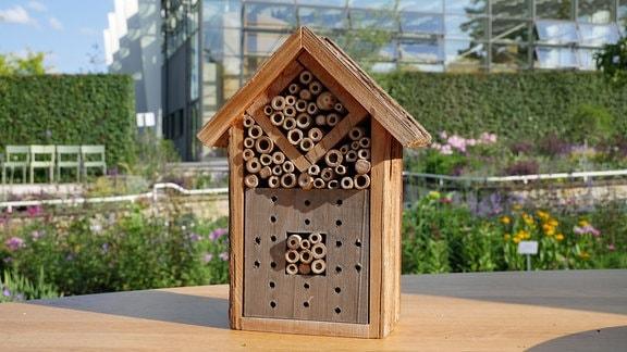 Ein Insektenhotel mit Bambusstäben.