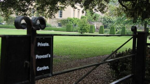 Schwarzes Eisentor am Eingang zum Provost's Garden im Worcester Collage Garden in Oxford. Auf einem schwarzen Schild am Tor steht: Private. Provost's Garden.