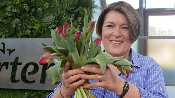 Heike Mohr hält Tulpen in der Hand
