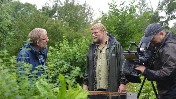Regisseur Jörg Heiß und Gemüseexperte Martin Krumbein stehen an einem Hochbeet.