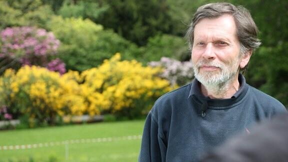 Ein Mann steht in einem Park.