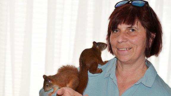 Jaqueline Gräfe vom Eichhoernchennotruf mit ihren Eichhörnchen
