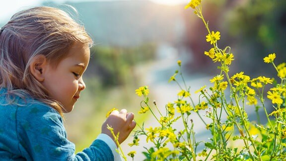 Ein Kind im Garten