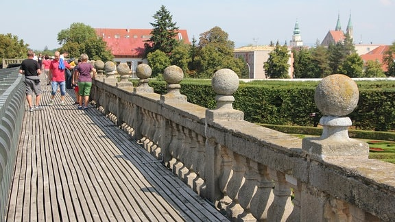 Menschen laufen auf einem Dach entlang