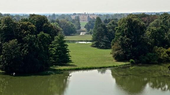 Schloss Lednice mit Parkanlage.