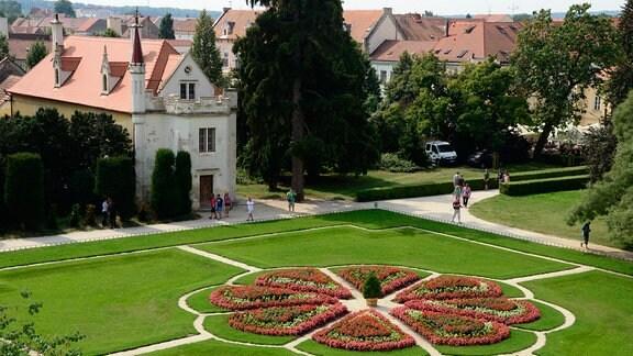 Blumenbeet im Park von Schloss Lednice.