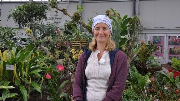 Orchideengärtnerin Marei Karge-Liphard während des Aufbaus einer Ausstellung auf der Buga in Erfurt.