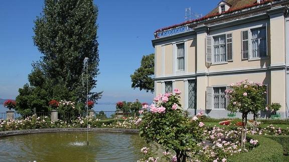 Teich vor einem Schloss