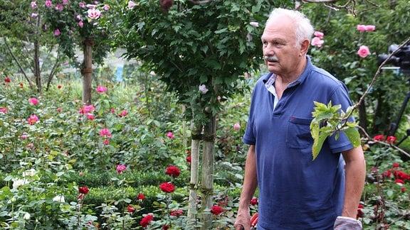 Mann in einem Garten