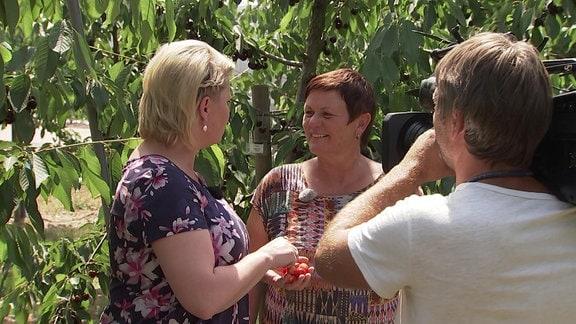 Monika Möhler, Obstbauexpertin im Gespräch mit Moderatorin Diana Fritzsche Grimmig. Die beiden Frauen werden von einem Kameramann gefilmt.