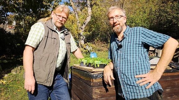 Gemüseexperte Martin Krumbein und Regisseur  Jörg Heiß stehen an einem Hochbeet