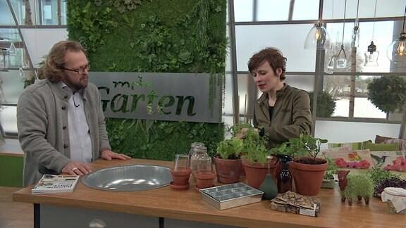 MDR Garten-Moderator Jens Haentzschel im Gespräch mit Buchautorin Carolin Engwert.