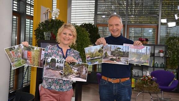 Eine Frau und ein Mann stehen in einem Studio. In den Händen halten Sie Bilder mit verschiedenen Gartenansichten.
