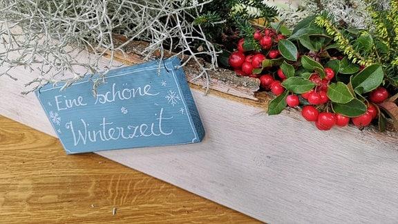 """Bepflanzter Blumenkasten mit Schild """"Eine schöne Winterzeit"""""""