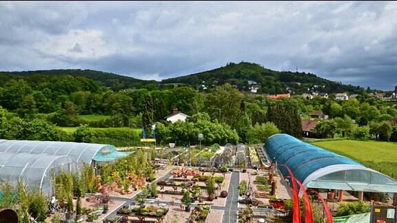 Luftaufnahme von verschiedenen Beeten und Gebäuden der Gärtnerei Härtl