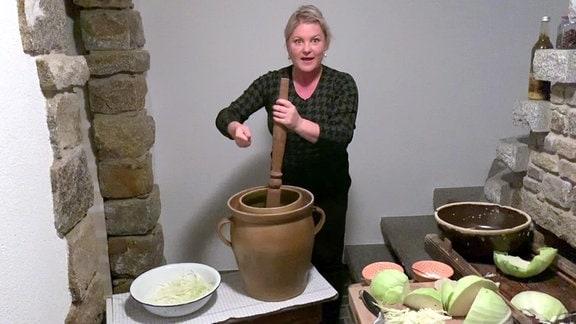 Diana Fritzsche-Grimmig stampft Sauerkraut