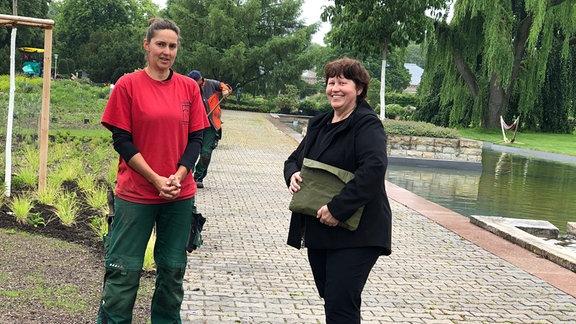 Gärtnerin Sabine Pfautsch und Gartenmeisterin Beate Walther stehen am Steppenbeet im egapark