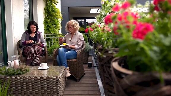 Zwei Frauen auf einem Balkon