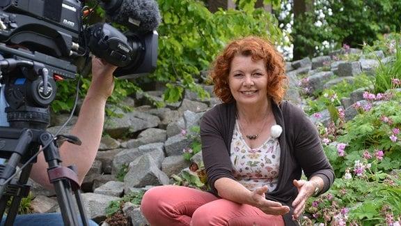 Gärtnerin Brigitte Goss wird von einem Kameramann gefilmt