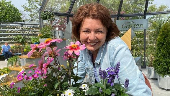 Gärtnerin Brigitte Goss zeigt einen Balkonkasten mit insektenfreundlichen Pflanzen.