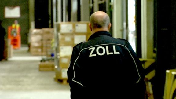 Ein Mann in Unifom fäuft durch eine Halle